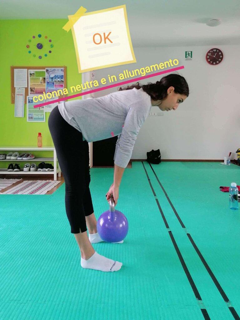 sollevamento corretto, perchè mantiene le curve fisiologiche anche a gambe tese