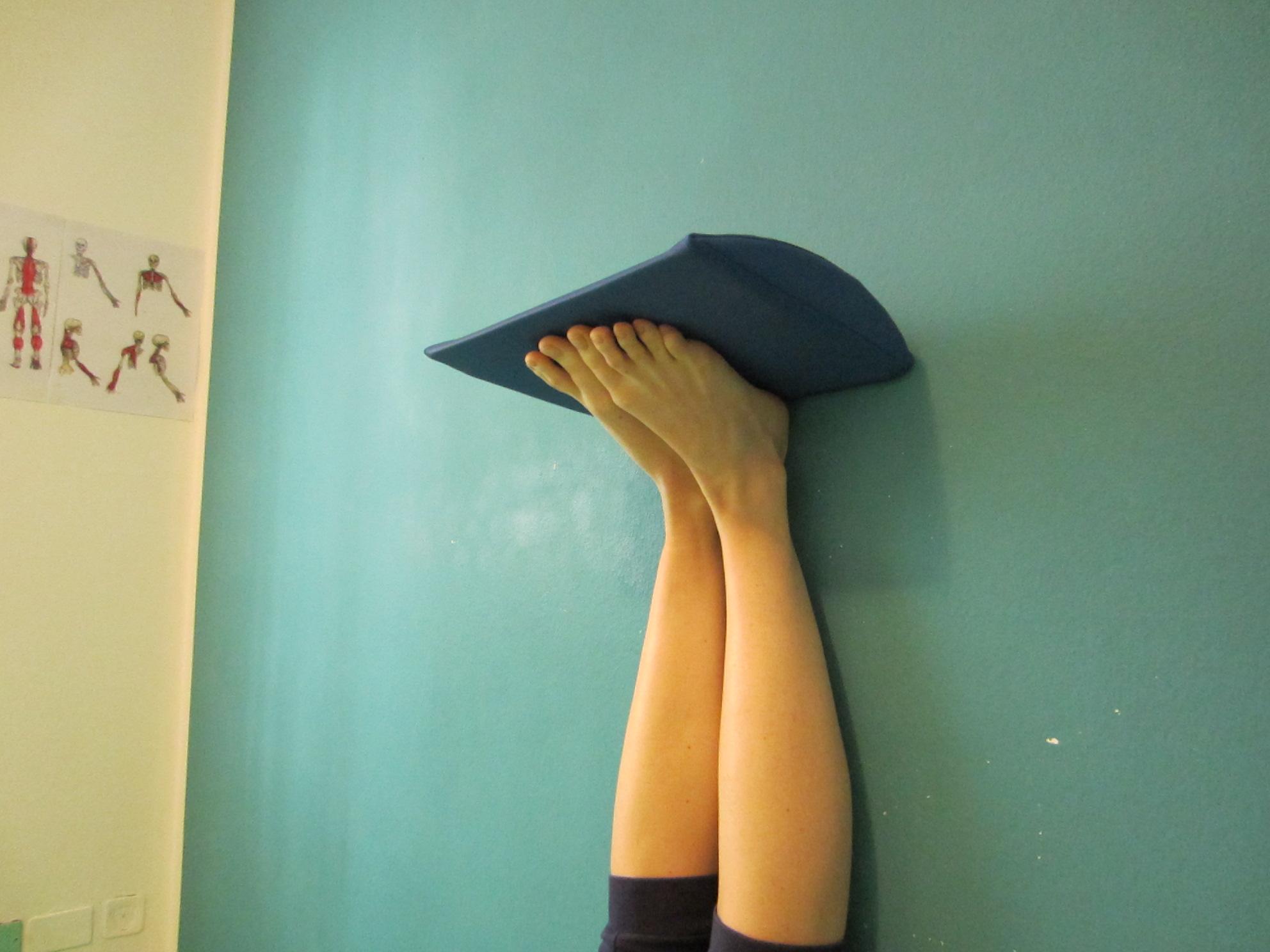 Esercizio posturale Mezieres per migliorare l'appoggio del piede