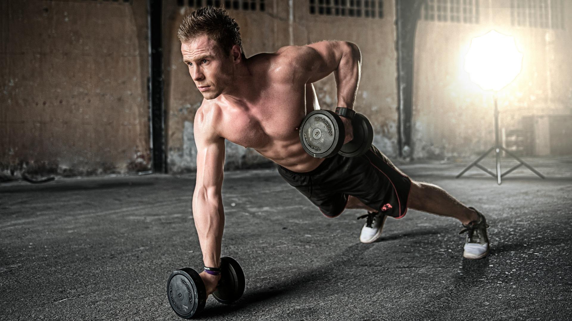 esercizi per la pancia con i pesi