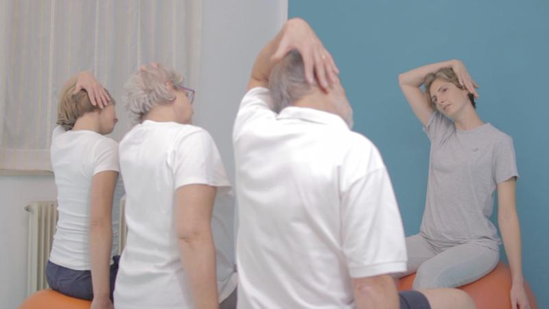 Stretching ai muscoli laterali del collo durante una posturale da WellGym a Udine